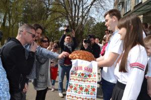 Анжеліка Рудницька зі своїми друзями-однодумцями в Новоайдарі.